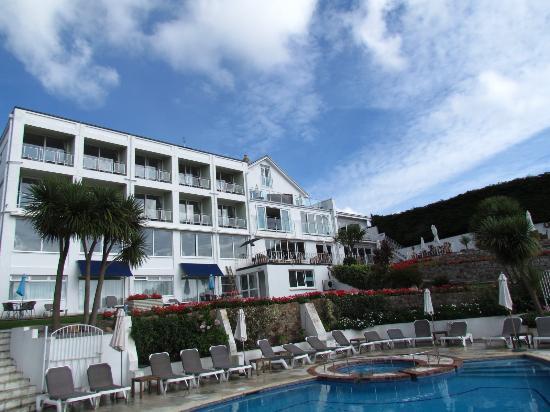 وايندميلز هوتل: The Hotel from the Pool.