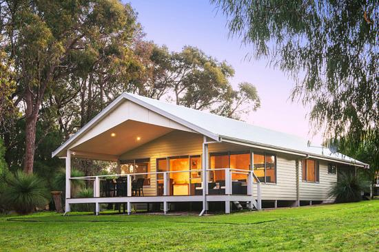 Acacia Chalets Margaret River: Chalets with large timber decks & views