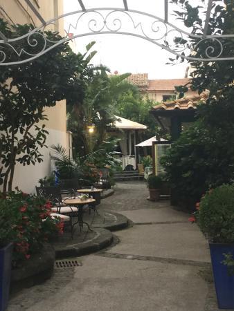 Cafe Latino Sorrento: Beautiful entrance