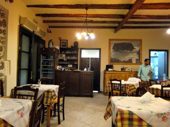 Sinarades, Griechenland: Обновленный интерьер таверны