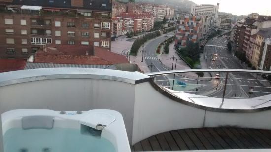 Suite terraza con vistas y jacuzzi fotograf a de hotel for Terrazas oviedo