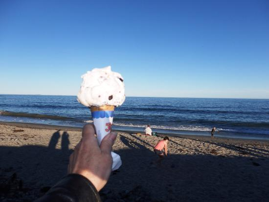 North Hampton, NH: View across the street with my ice cream btw this is a kiddie size