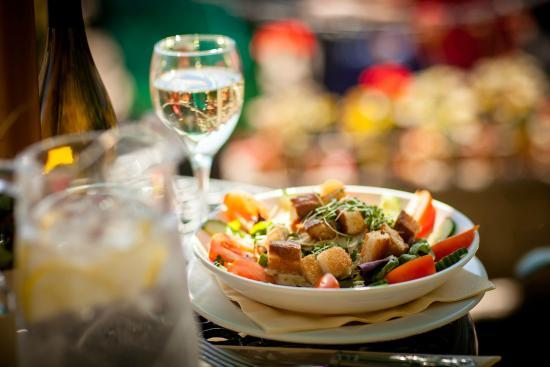 Rye Lodge Hotel: Caesar salad and a glass of local wine