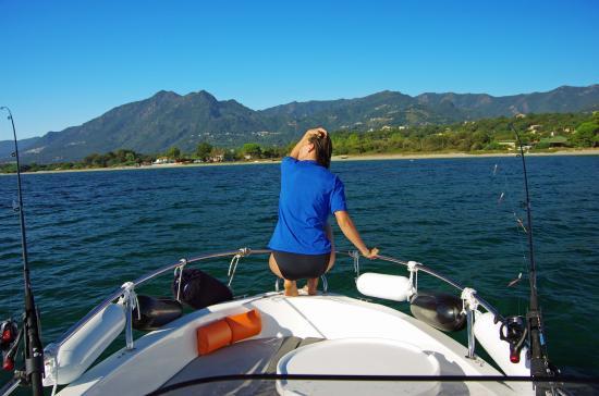 Domaine de l'Avidanella : Mit den Boot vor Avidanella Sicht auf die Berge