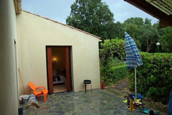 Domaine de l'Avidanella : Teilansicht von der Überdachten Terrasse Sicht auf die Außentür eines Schlafraumes
