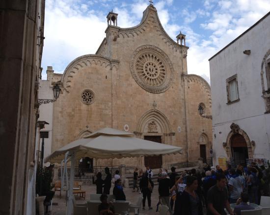 Duomo di Ostuni: Spettacolo! Tranne per gli ombrelloni e la folla di turisti