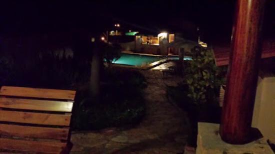 Visão noturna de frente do chalé