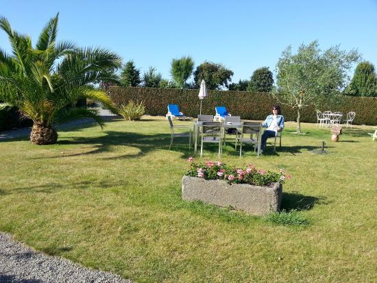 Saint-Meloir-des-Ondes, France : giardino esterno