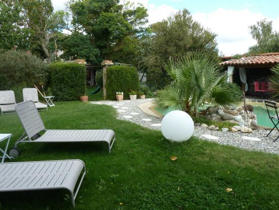 Chambres d'hotes Le Village : espace piscine