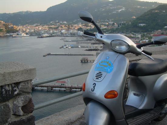 Eolian Noleggi: vista panoramica sul porto di LIpari