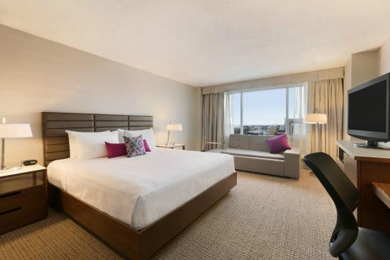 Coast Edmonton Plaza Hotel by APA: Superior Room with King bed