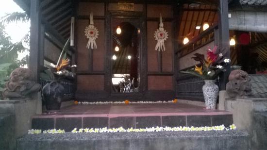 Melati Cottages: Entrada do espaço para práticas e danças.