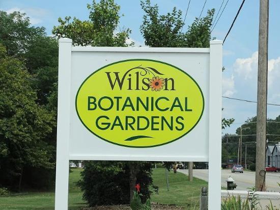 Wilson Botanical Gardens: sign on road