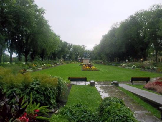 بي آن دبي مانوار مون كالم: Gardens about one block behind building