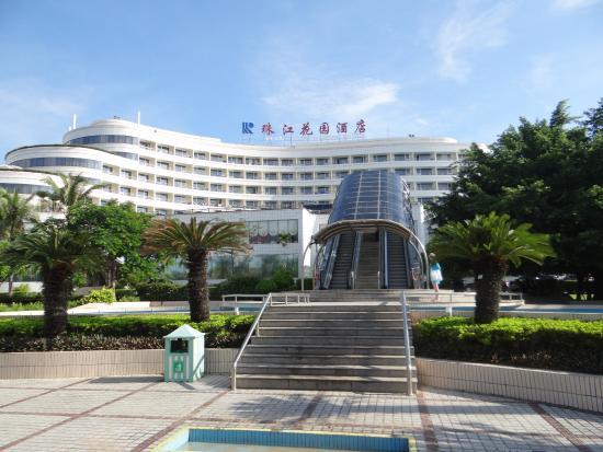 Sanya Pearl River Garden Hotel: Вид на отель и эскалатор
