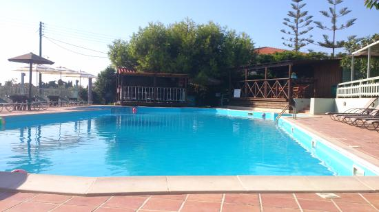 Apolafsi Villas: outdoor swimming pool/bar