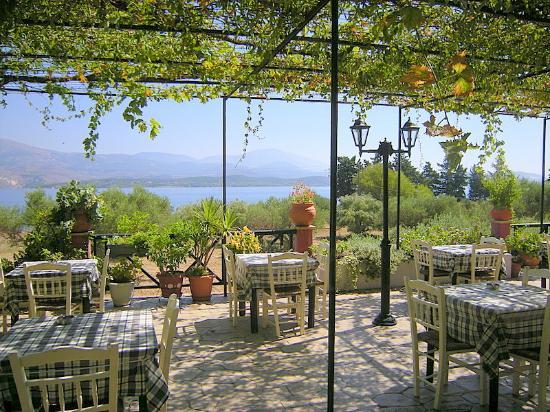 Apolafsi Villas: outside restaurant