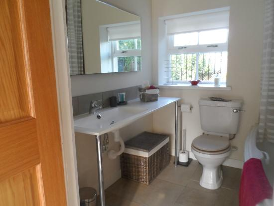 Bridge View B&B and Cottages: En-suite Bathroom in new Whisky Room