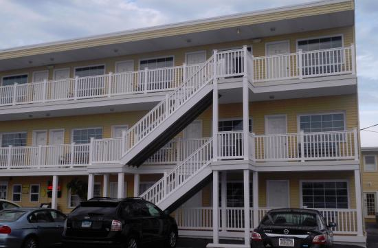 Long Beach Township, Nueva Jersey: Motel has three floors of exterior entrance rooms