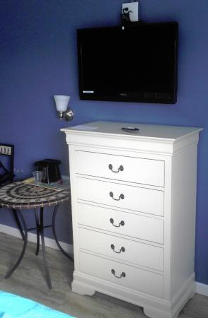 Long Beach Township, Nueva Jersey: TV, drawer, and table