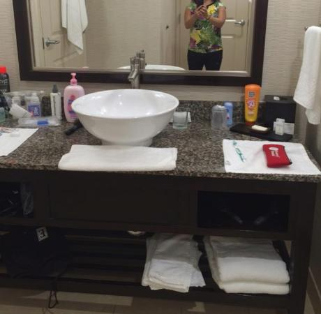 Embassy Suites by Hilton Palmdale: Bathroom roomy enough for all our toiletries.