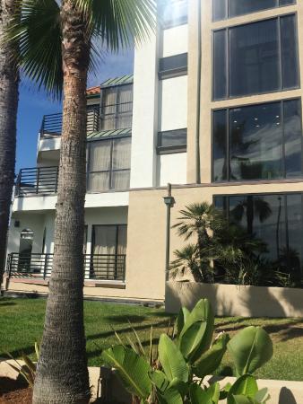 Huntington Beach Inn : newly painted front of building