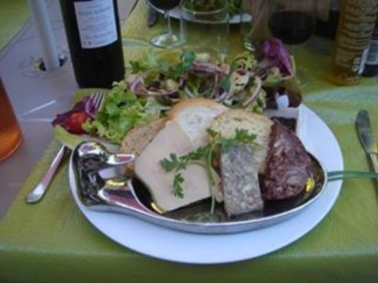 Saint-Macaire, Frankrike: L'assiette de canard dans tous ses états sur ses toasts grillés