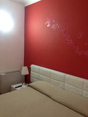 Magnifico Rome: chambre neuve propre spacieuse climatisation et wifi gratuite