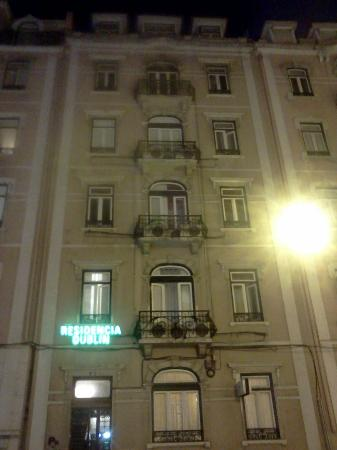 Residencial Dublin: The hotel at night
