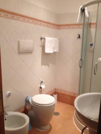 Magnifico Rome: salle de bain propre confortable et sapcieuse