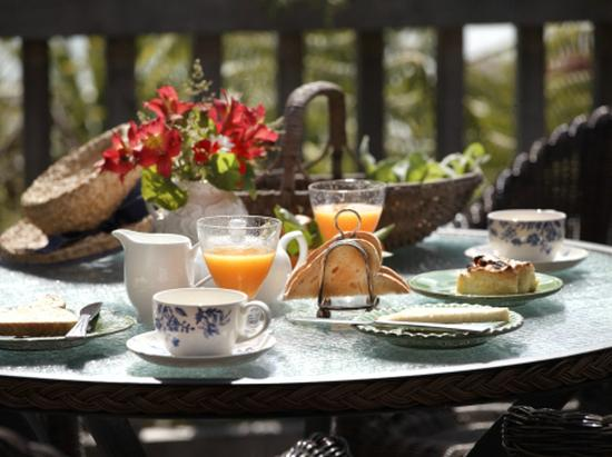 Bay of Islands Cottages: Breakfast on the deck