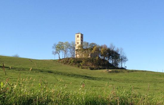 Montechiaro d'Asti, Italien: La chiesetta dalla strada