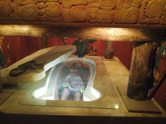 Museo Mesoamericano del Jade: Réplica de la Tumba de Pakal