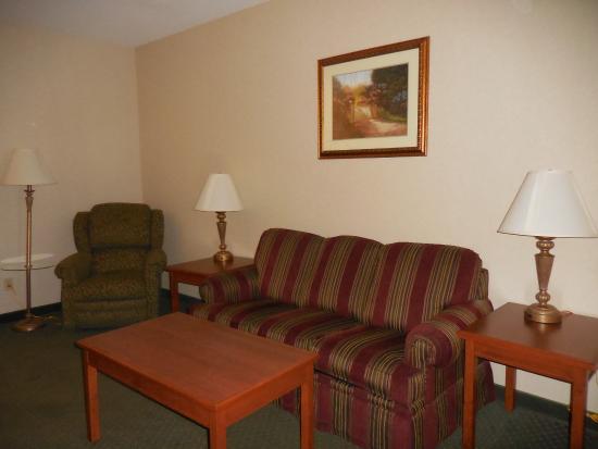 Drury Inn & Suites Cincinnati North: Suite lounging area