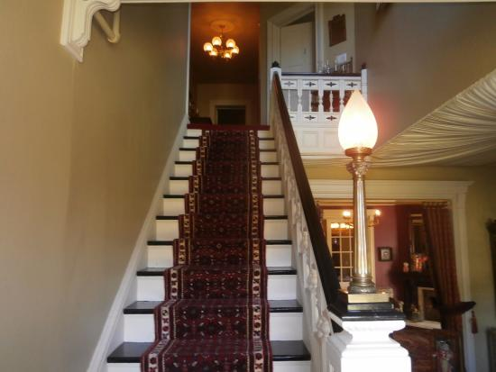 Edwards Waterhouse Inn: Staircase to the guest rooms