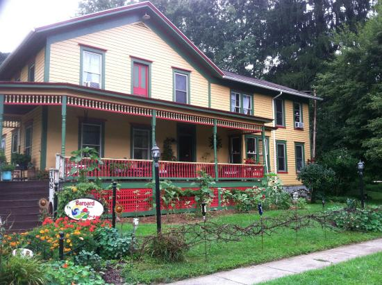 Barnard House Bed and Breakfast: Our large cozy front porch overlooks our grand gardens.