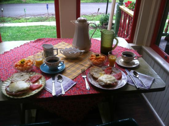 Barnard House Bed and Breakfast: A full breakfast of fine local foods.
