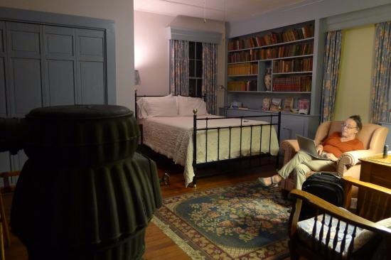 Oak Grove Plantation Bed and Breakfast: The Library guest room