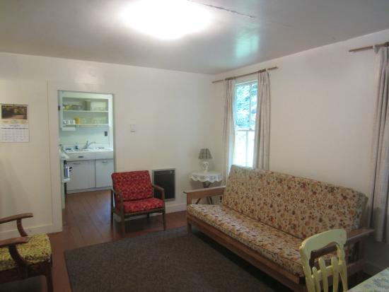 Woodland Park Cottages: Generously sized living room
