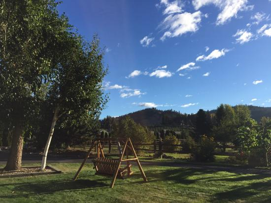 Autumn Pond Bed and Breakfast: Beautiful location with well maintained grounds that are perfect to enjoy morning coffee or rela