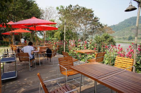 Rai Saeng Arun: dinning in the garden beside the river