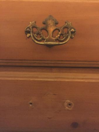 Mill Stream Country Inn: Missing drawer handle