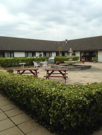 Cleddau Bridge Hotel: Courtyard