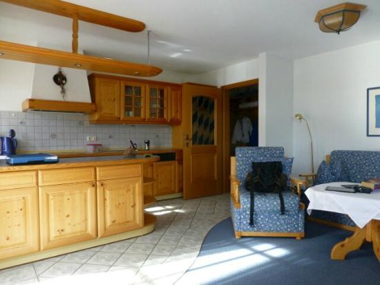 Kurhotel am Wiesenhang: FeWo Arnika - Küche / Wohnzimmer