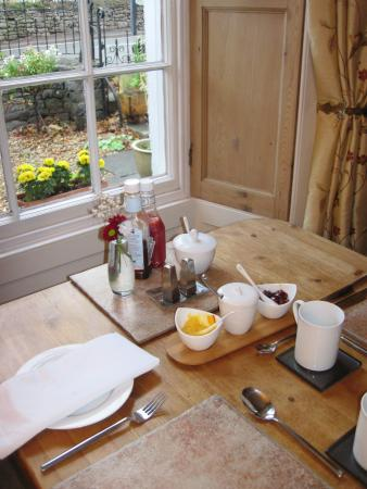 White Hall Bed & Breakfast: The breakfast tables were beautifully laid-up (22/Sep/15).