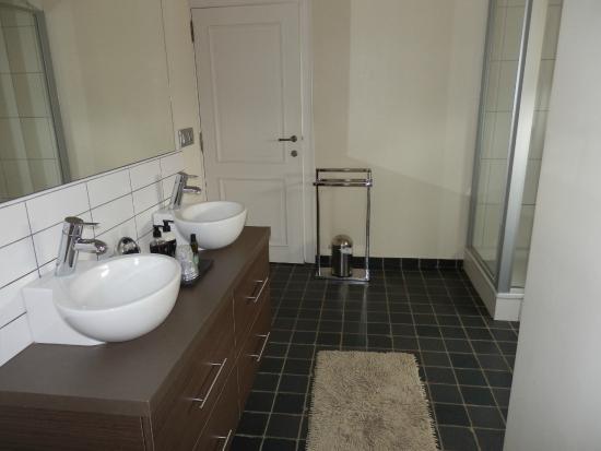 La Cereza B&B and Prive Wellness: The huge bathroom