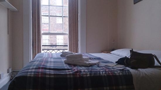 Pickwick Hall: Chambre avec deux lits et serviettes inclus
