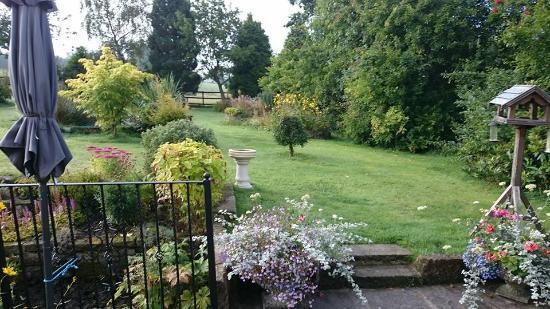 Birchover, UK : Lovely view whilst eating breakfast