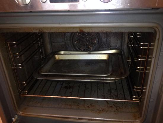 Comfort Zone-Vista Serviced Apartments: DIRTY OVEN