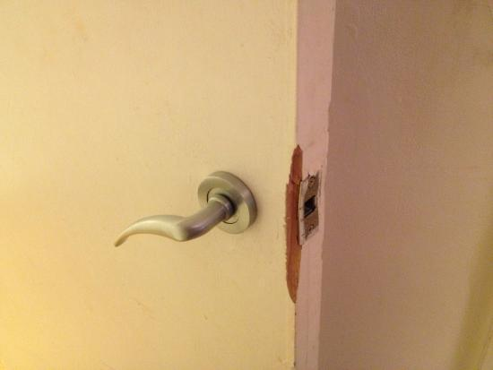 Comfort Zone-Vista Serviced Apartments : DAMAGED FORCED ENTRY?